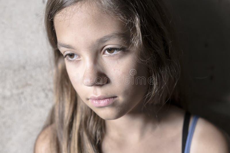 Trauriges und einsames Mädchen neben Wand lizenzfreies stockbild