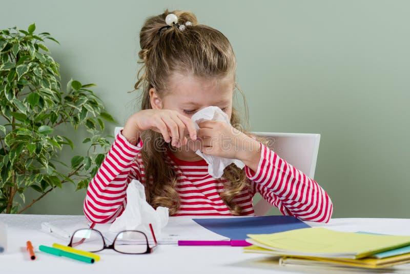 Trauriges und müdes junges Schulmädchen 7 Jahre alt stockfoto