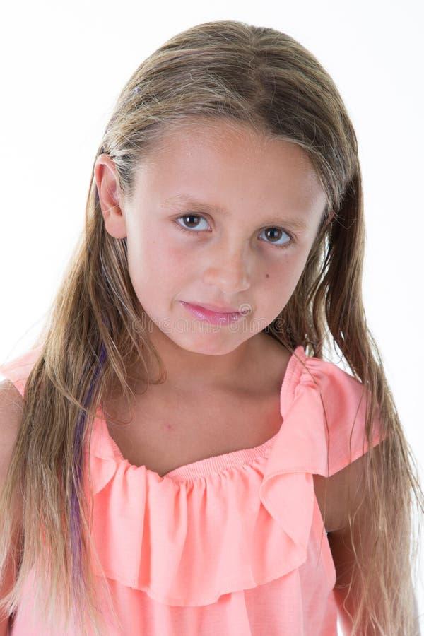 Trauriges und niedergedrücktes Kind des kleinen Mädchens auf Weiß stockfoto
