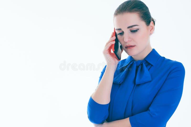 Trauriges weibliches Vertreter der Immobilien, das am Handy spricht Lokalisiert auf Weiß lizenzfreie stockfotos