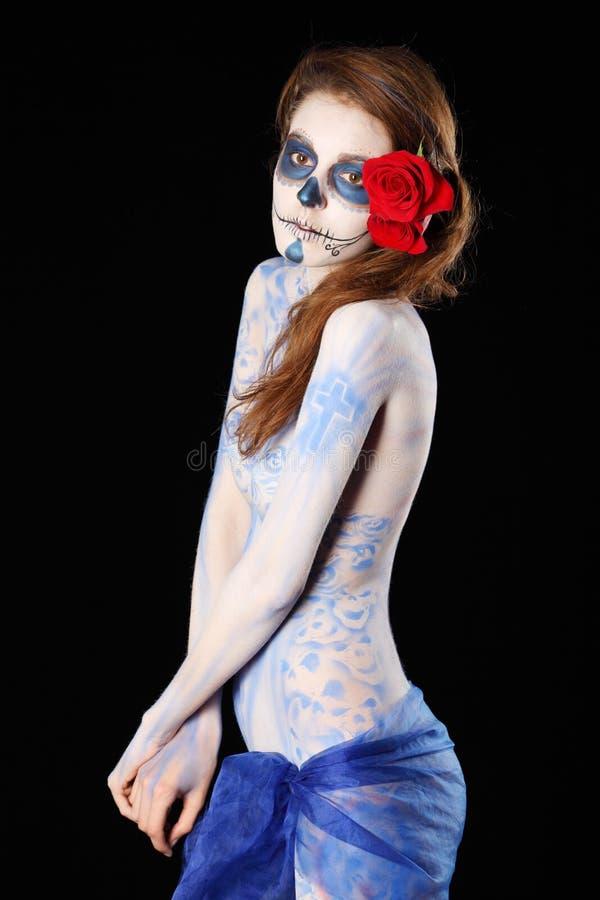 Trauriges Zombiemädchen mit gemaltem Gesicht und Karosserie lizenzfreie stockfotografie