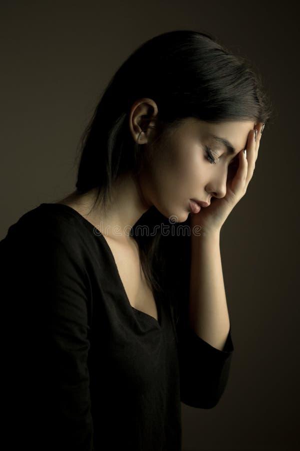 """Traurigkeit †""""drückte jugendlich Mädchen nieder lizenzfreie stockbilder"""