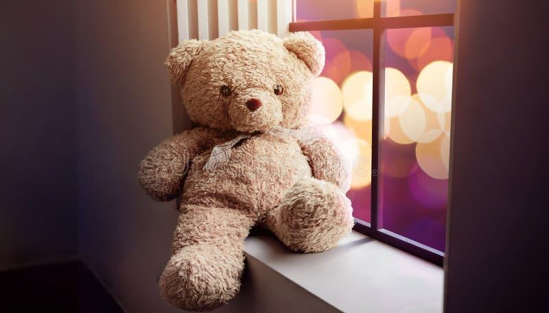 Traurigkeits-und Einsamkeits-Konzept Einsamer Teddy Bear Toy Siting Alo stockbilder