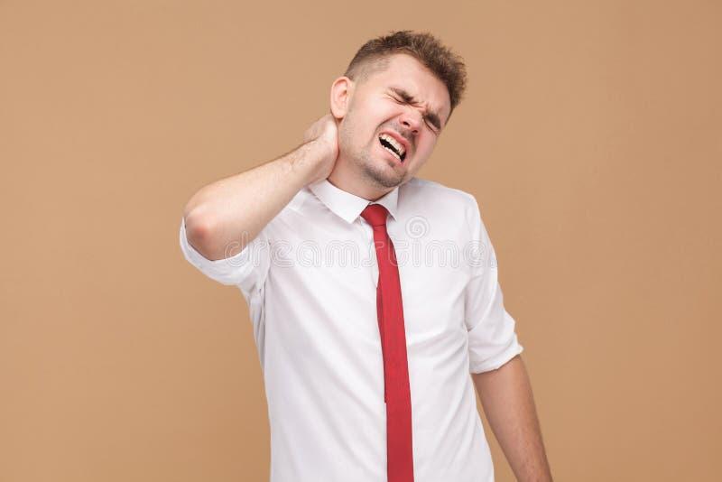 TraurigkeitsGeschäftsmann ermüdete und hat Problem im Hals lizenzfreie stockfotografie
