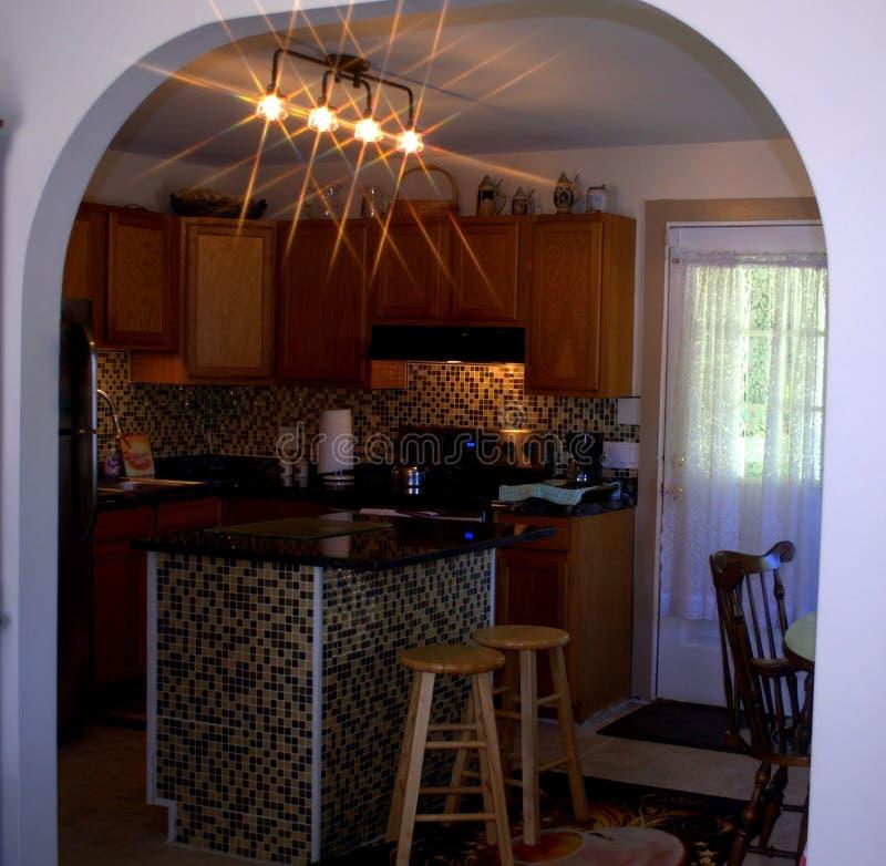 A través de la arcada ¡La cocina DIY ahora es 'control completo '! fotografía de archivo