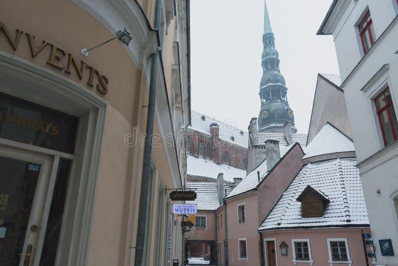 A través de la ciudad vieja en Riga - Letonia foto de archivo libre de regalías