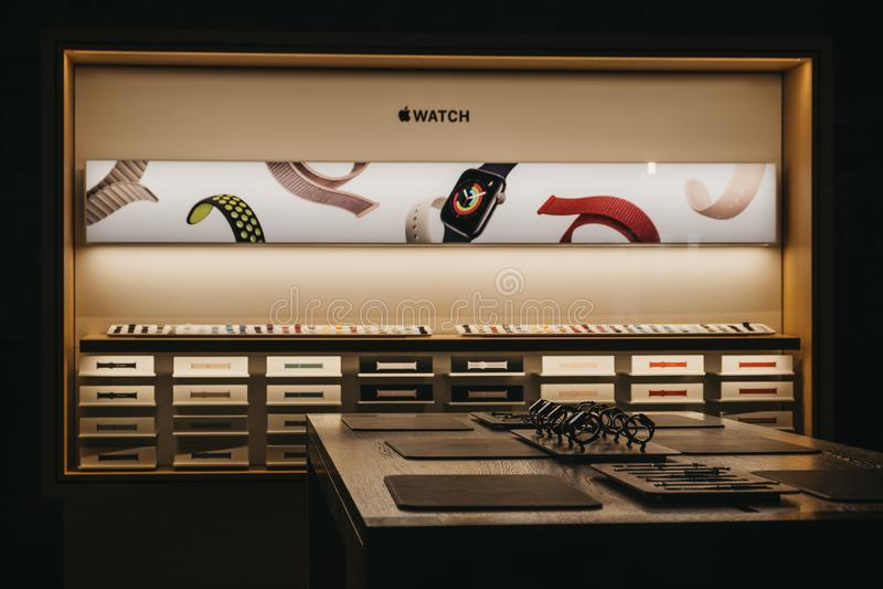 A través de la vista de la ventana del reloj Apple en una mesa en la tienda Apple en Covent Garden, Londres, Reino Unido foto de archivo libre de regalías