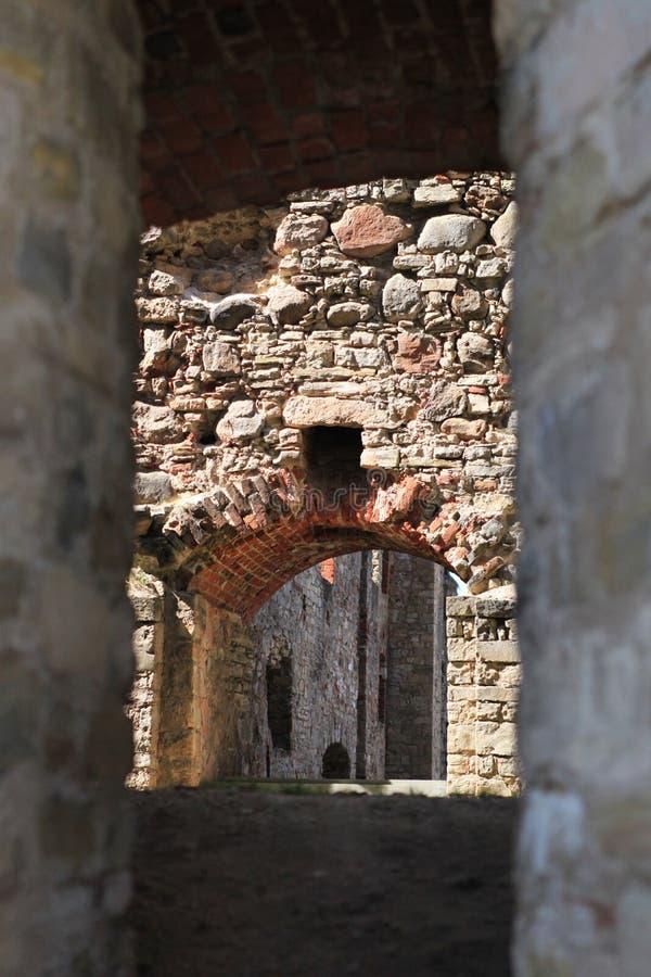 A través de los arcos de las paredes medievales foto de archivo