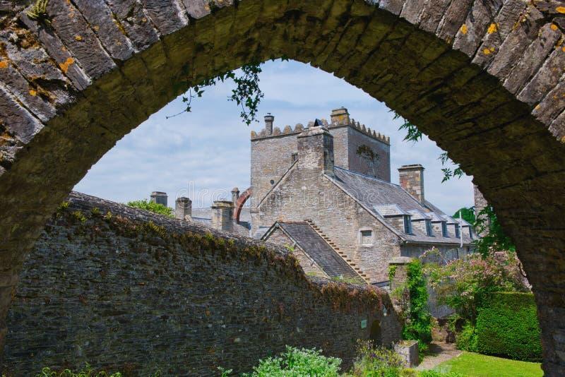 A través del arco Buckland Abbey Devon imágenes de archivo libres de regalías