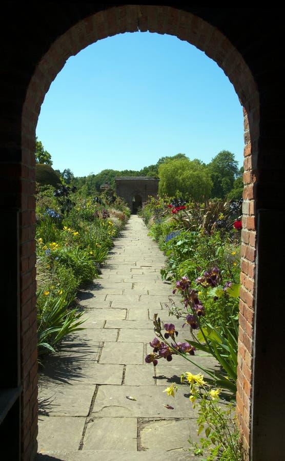 A través del arco del jardín en Packwood fotografía de archivo libre de regalías