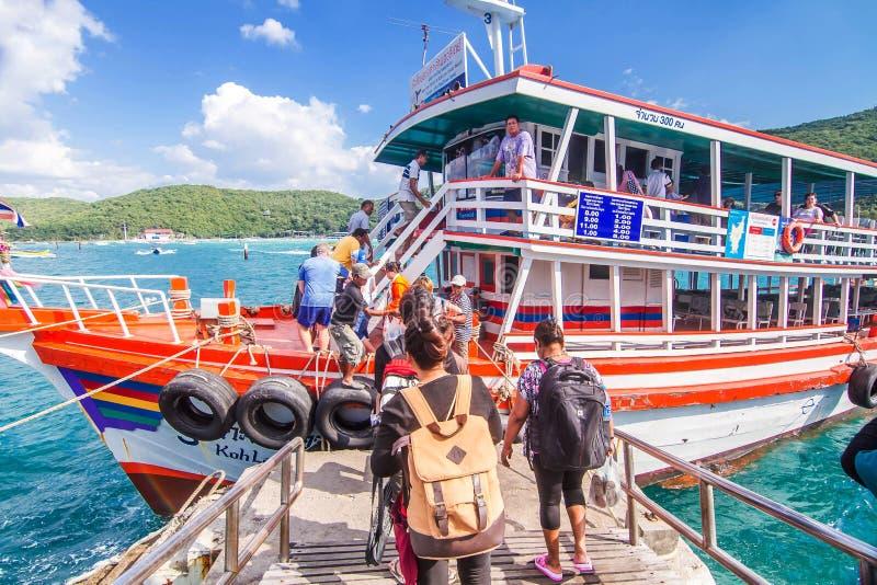 A través del transbordador del río de Pattaya a Koh Larn Del embarcadero de Bali Hai foto de archivo