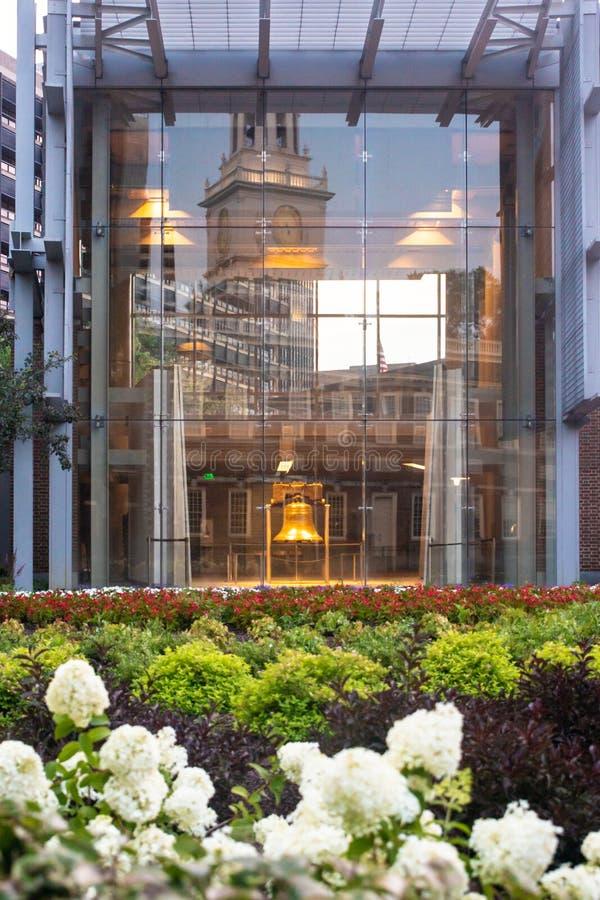 A través edificio de cristal visto Liberty Bell en el PA de Philadelphia imagenes de archivo