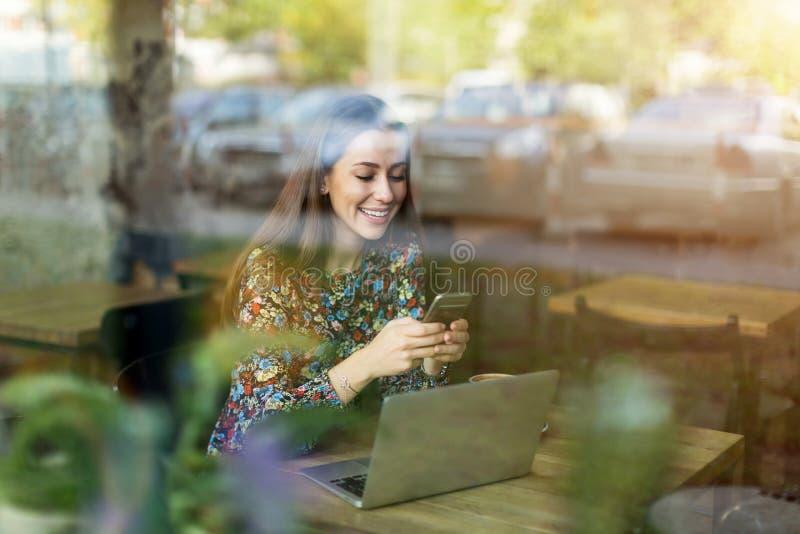 A través ventana vista mujer del café foto de archivo