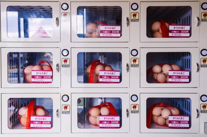 Trava ägg i påsar som säljer vid varuautomaten på supermarket i J arkivfoto