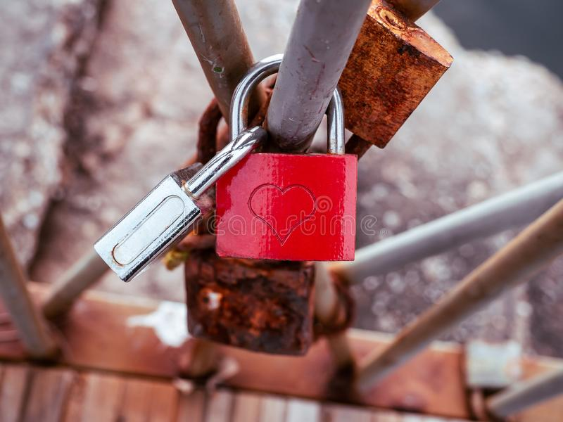 Trava de amor vermelha com símbolo cardíaco, trancada em um trilho foto de stock royalty free