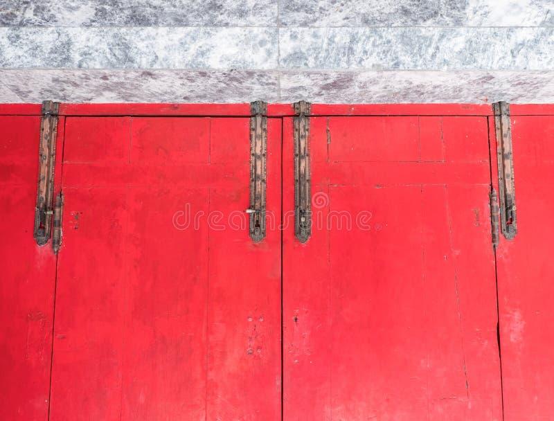 Trava de bronze velha na parte superior da porta de madeira vermelha fotos de stock