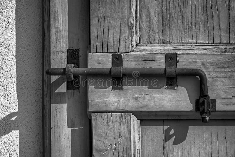 Trava de porta de Rusty Ancient, superfície áspera, amostra para um cartão, serviço de segurança fotos de stock