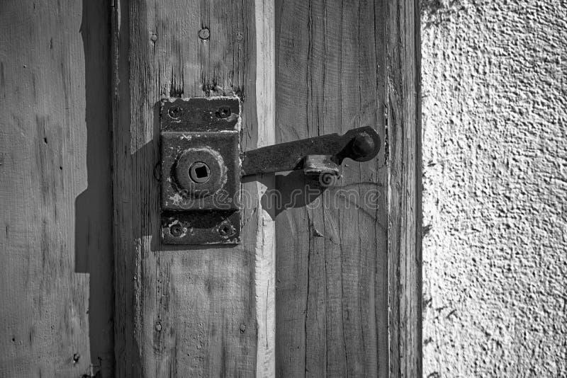 Trava de porta de Rusty Ancient, superfície áspera, amostra para um cartão, serviço de segurança fotos de stock royalty free