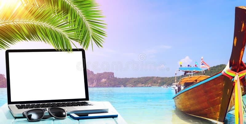 Travail à côté du bord de la mer photo libre de droits