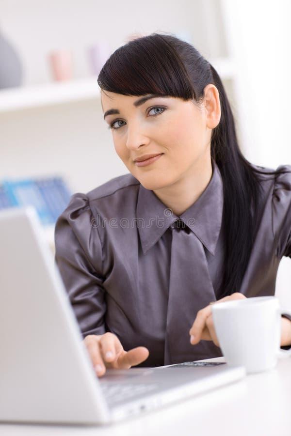 travail à domicile de femme d'affaires photo libre de droits