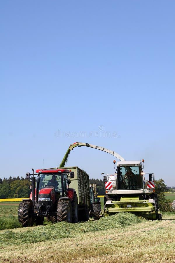 Travail agricole avec un découpeur images stock