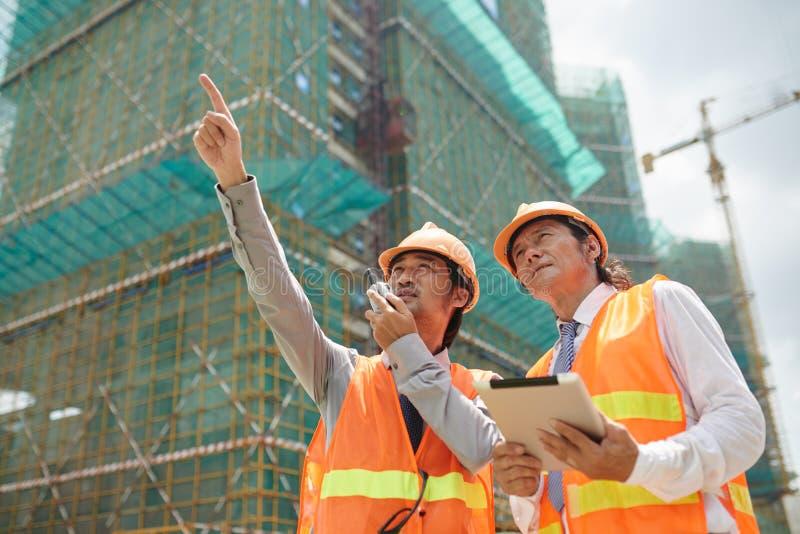 Travail au chantier de construction images libres de droits
