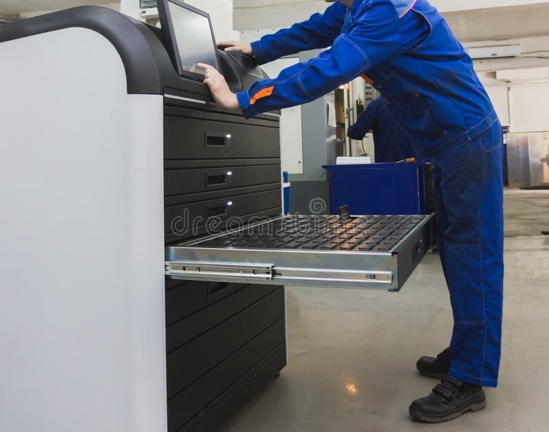 Travail automatique - travailleur industriel fonctionnant près de l'industrie de usinage en métal photo stock