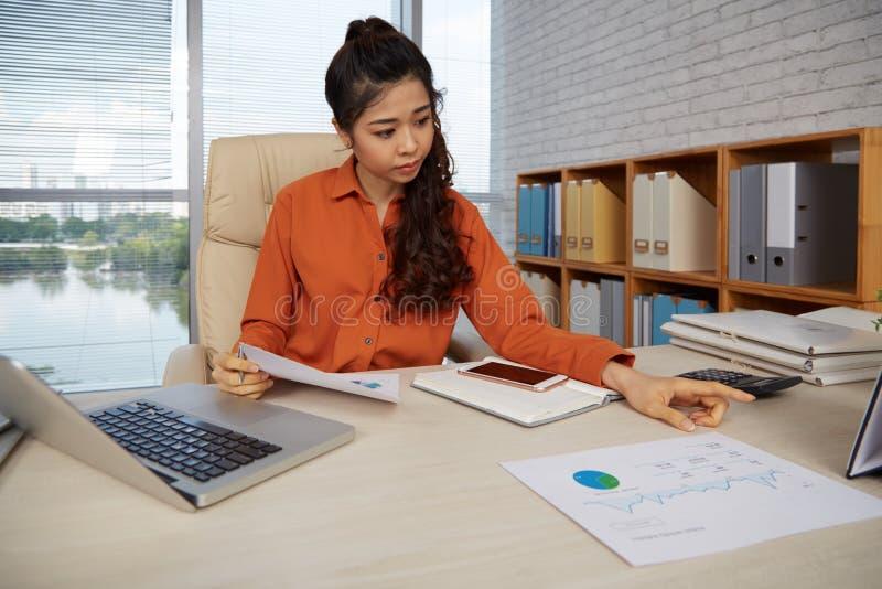 Travail avec les documents financiers images stock