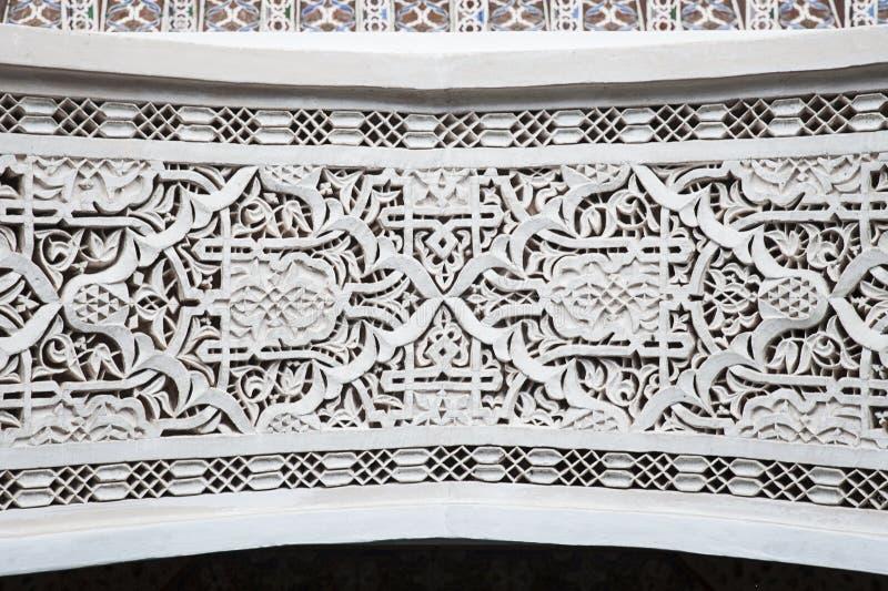 Travail complexe marocain de plâtre autour de porte avec des symboles mauresques traditionnels et des détails arabes photographie stock
