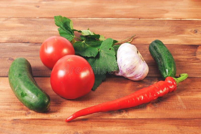 Download Travail Cuisine Traitement Des Ingrédients Sur Le Fond En Bois Image stock - Image du herbe, flore: 77156347