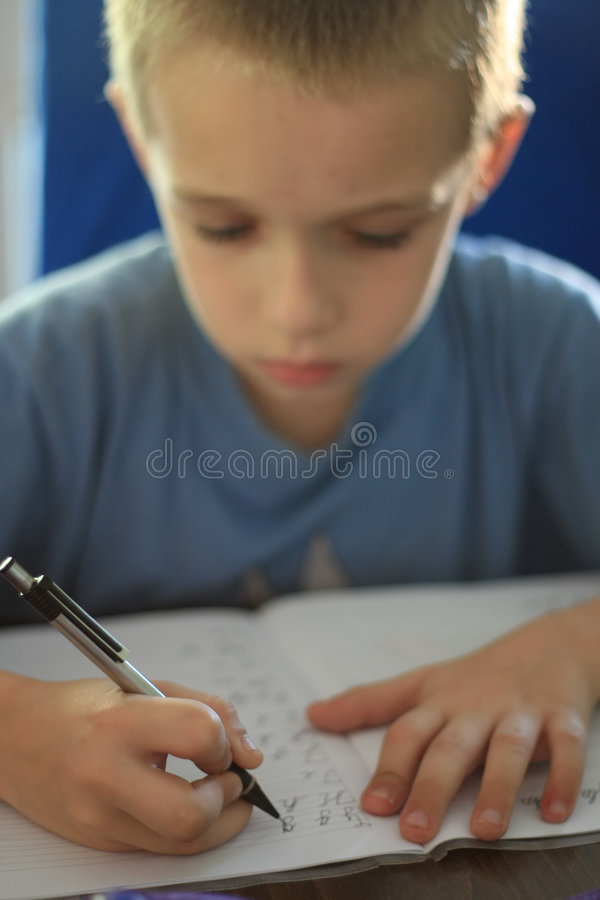 Travail d'écriture de garçon image libre de droits