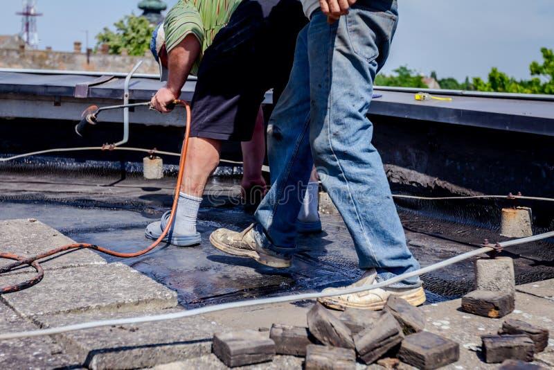 Travail d'équipe à la résine d'installation de toiture photographie stock