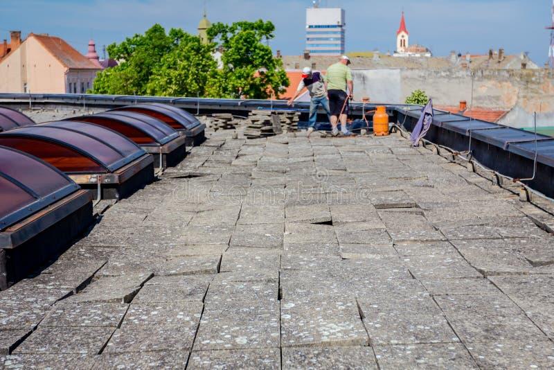 Travail d'équipe à la résine d'installation de toiture photos stock