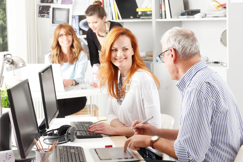 Travail d'équipe au studio de conception graphique photos stock