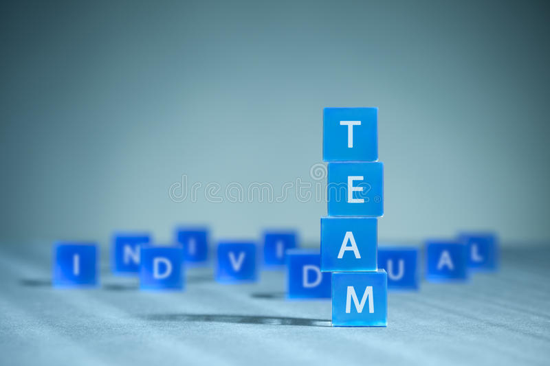Travail d'équipe contre l'individualisme image stock