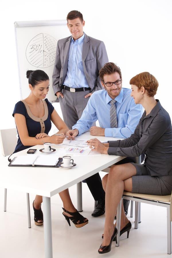 Travail d'équipe dans le meetingroom photo stock