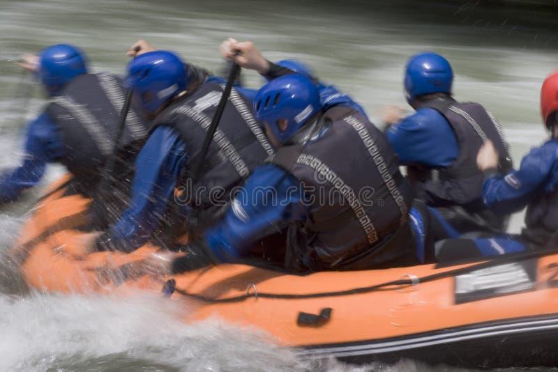 Travail d'équipe dans un bateau transportant par radeau photos libres de droits