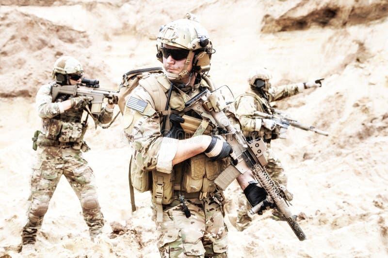 Travail d'équipe de forces spéciales dans l'opération d'incursion de désert image libre de droits