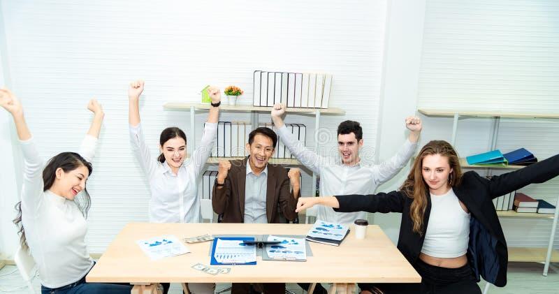 Travail d'équipe de jeunes hommes d'affaires asiatiques travaillant l'affaire futée de succès et célébrer dans le bureau mod image stock