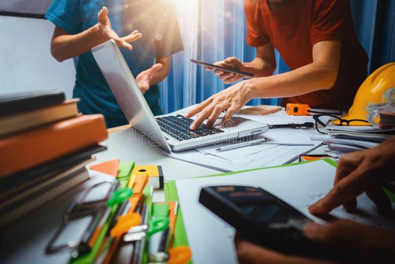 Travail d'équipe de la réunion de fonctionnement d'entrepreneur d'homme d'affaires dans l'offic image stock