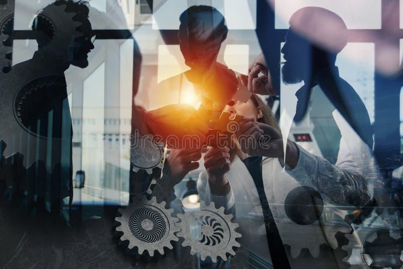 Travail d'équipe des associés Concept de l'intégration et du démarrage avec les morceaux de puzzle et le recouvrement de vitesse  photographie stock libre de droits