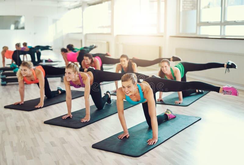 Travail d'équipe des jeunes femmes faisant l'exercice ensemble images stock