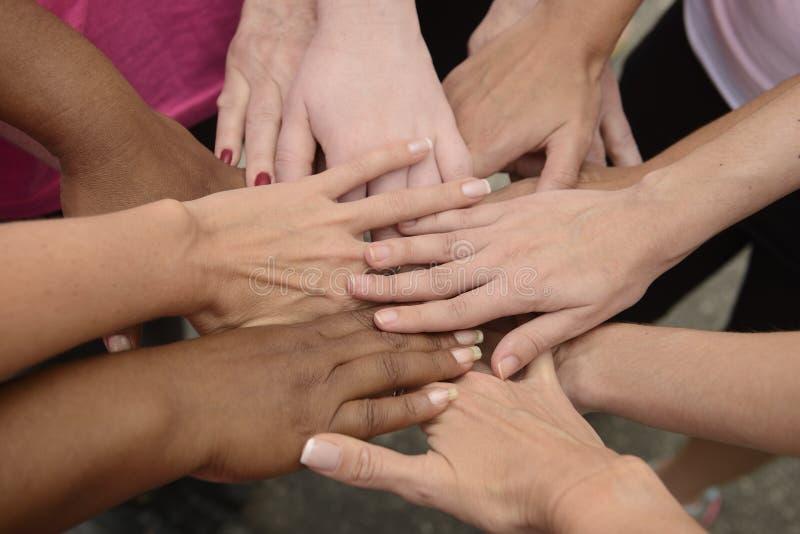 Travail d'équipe, groupe remontant des mains photographie stock libre de droits