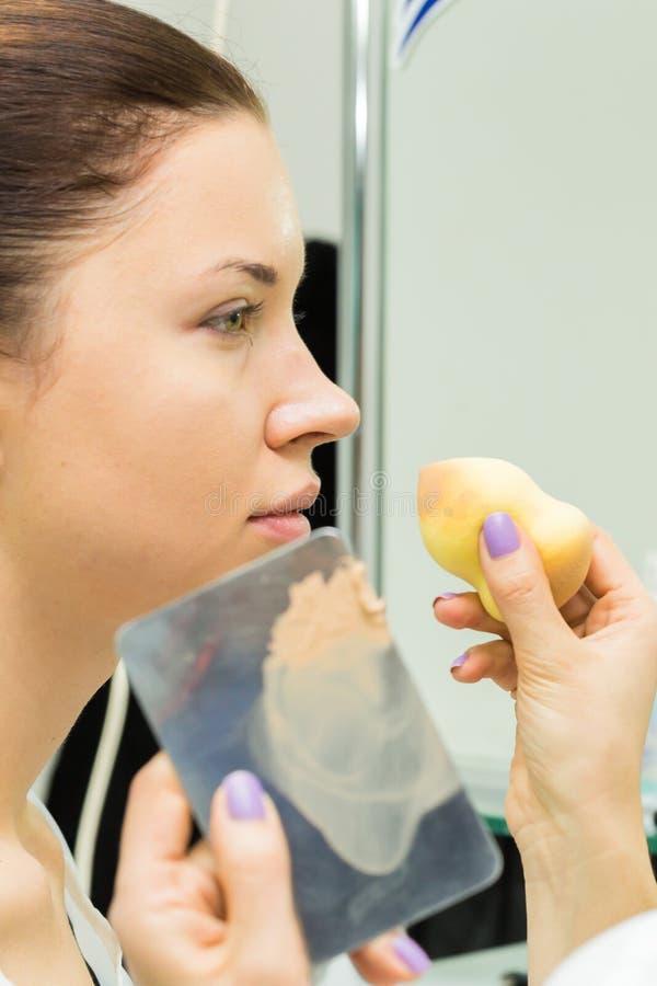 Travail d'artiste de maquillage image stock
