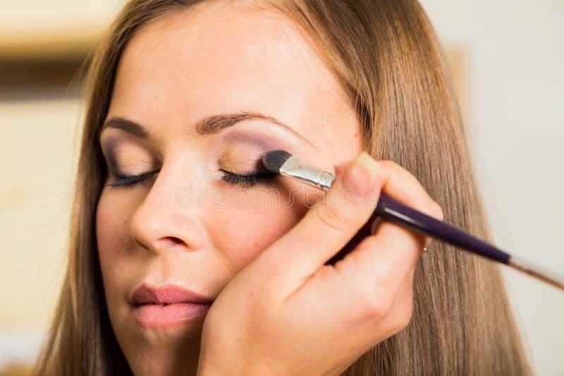 Travail d'artiste de maquillage images stock