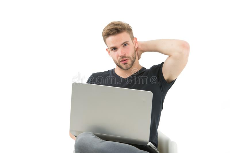 Travail d'homme sur l'ordinateur portable Affaires du commerce de course d'homme Affaires avant le plaisir Intoxiqué d'achats fai photo stock