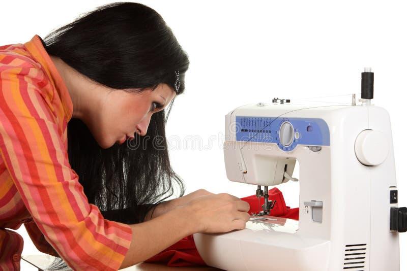 Travail d'ouvrière couturier sur la coudre-machine images stock