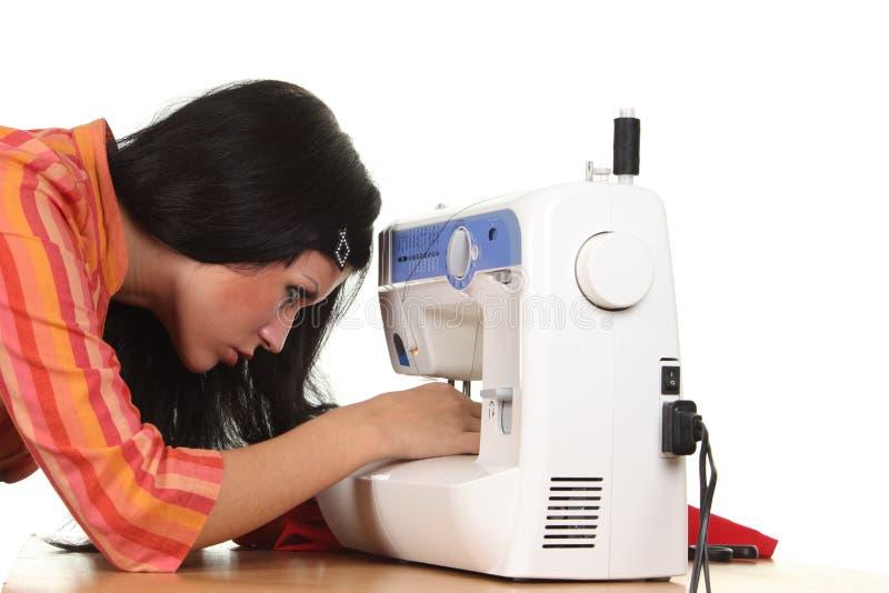 Travail d'ouvrière couturier sur la coudre-machine images libres de droits