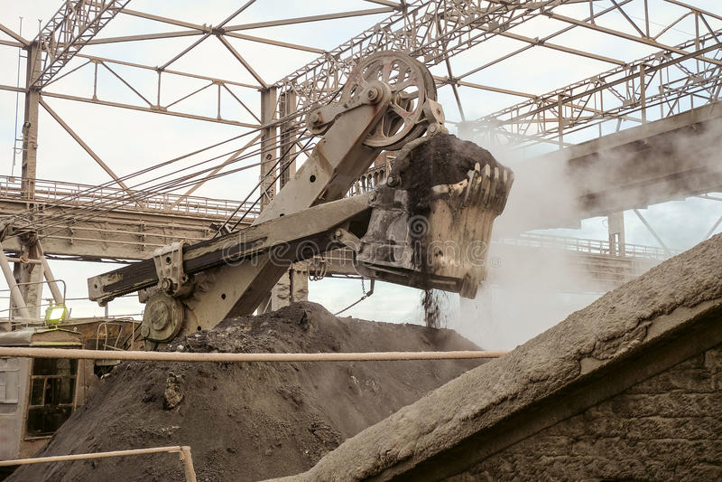 Travail d'une grande excavatrice de seau Industrie lourde photographie stock