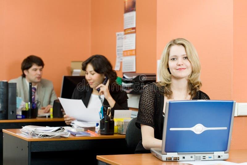Travail dans le bureau image libre de droits